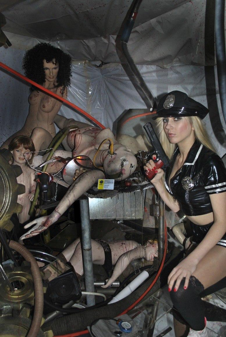"""Caroline Fourest : """"Les Femen ne sont pas nazies !"""" Bon, enquêtons alors… Evgenia-Krayzman-avec-un-flingue"""