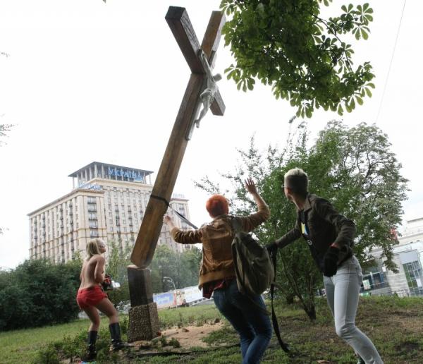 """Caroline Fourest : """"Les Femen ne sont pas nazies !"""" Bon, enquêtons alors… Femen-6"""