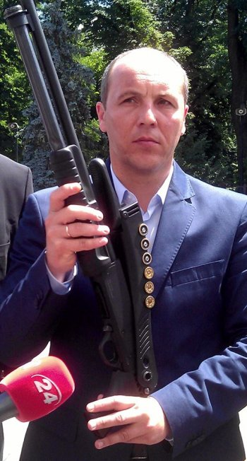 Affrontements en Ukraine : Ce qui est caché par les médias et les partis politiques pro-européens - Page 17 Parubiy-6