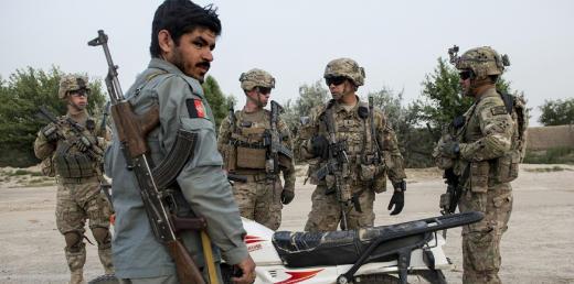 Des soldats américains et un policier afghan, le 3 juin 2014, à proximité de Kandahar. Photo d'illustration. (AFP PHOTO/Brendan SMIALOWSKI)