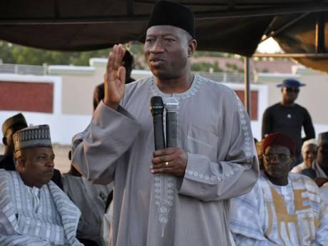 Le président du Nigeria, Goodluck Jonathan, s'adressant aux troupes.