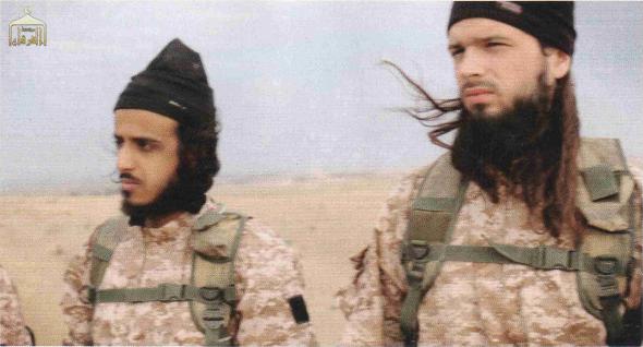 Le Français Maxime Hauchard (à droite) a été reconnu, le 17 novembre 2014, parmi les membres du groupe Etat islamique qui ont assassiné des prisonniers syriens.