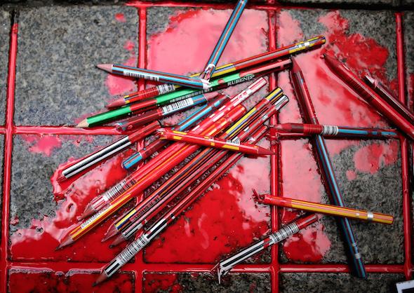 Istanbul: crayons cassés dans une flaque simulant du sang