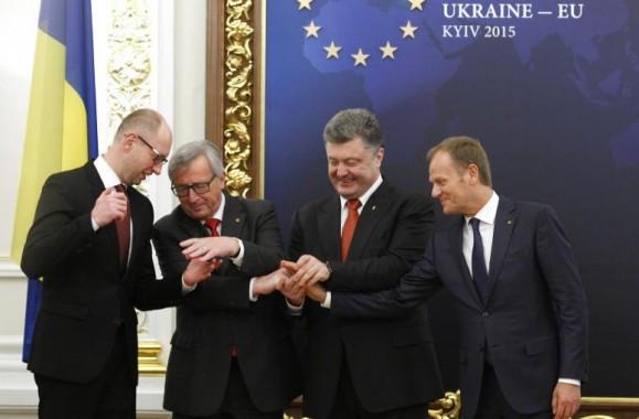 Arseniy Yatsenyuk, le Premier ministre ukrainien, Jean-Claude Juncker, Petro Poroshenko, le président ukrainien, et Donald Tusk. [European Council]