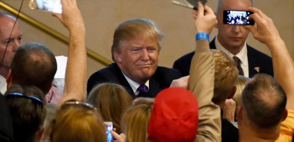 Donald Trump salue ses supporters après un discours lors du caucus à l'hôtel et casino Treasure Island, le 23 février 2016 à Las Vegas, Nevada. (ETHAN MILLER / GETTY IMAGES NORTH AMERICA / AFP).