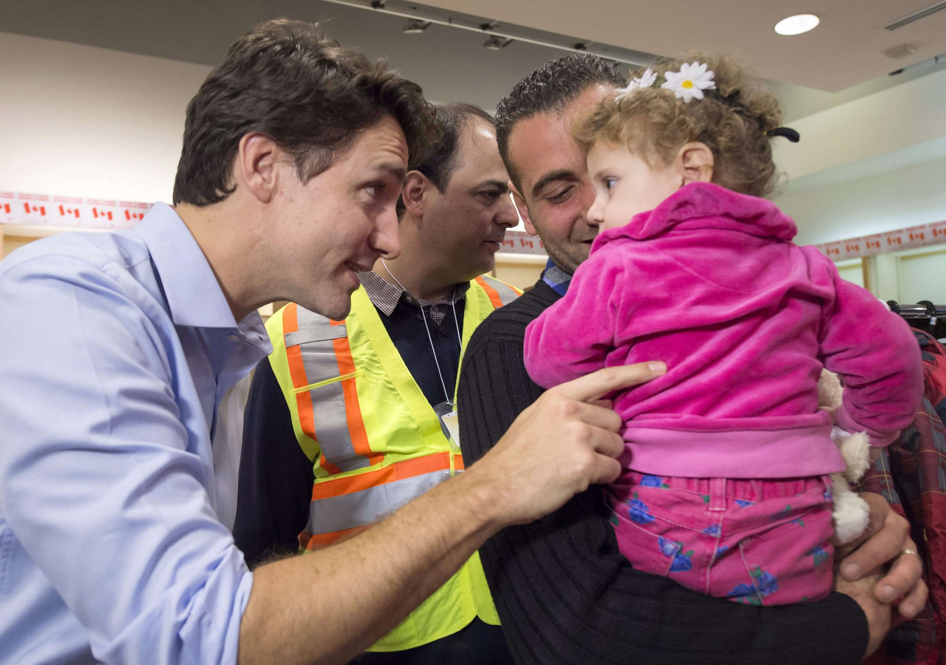 Lors de l'accueil des premiers réfugiés à l'aéroport (Sipa)