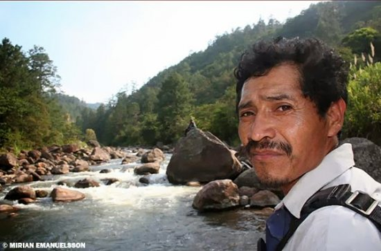 Ignocencio Gómez, indigène qui possède sa maison, destinée à disparaître avec la construction du barrage, au bord du Rio Gualcarque.