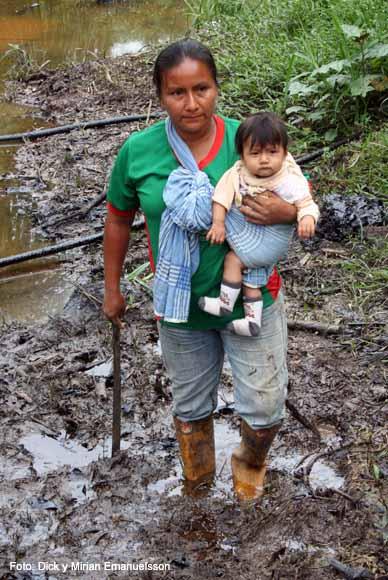 Une femme indigène de l'Amazonie équatorienne chemine dans le désastre écologique créé par Chevron-Texaco