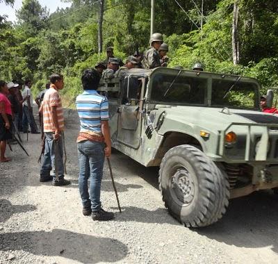 Patrouille de l'armée et les indigènes Lenca sur la route. Malgré la militarisation de la région de Rio Blanco, la lutte contre le projet de barrage reste déterminée.