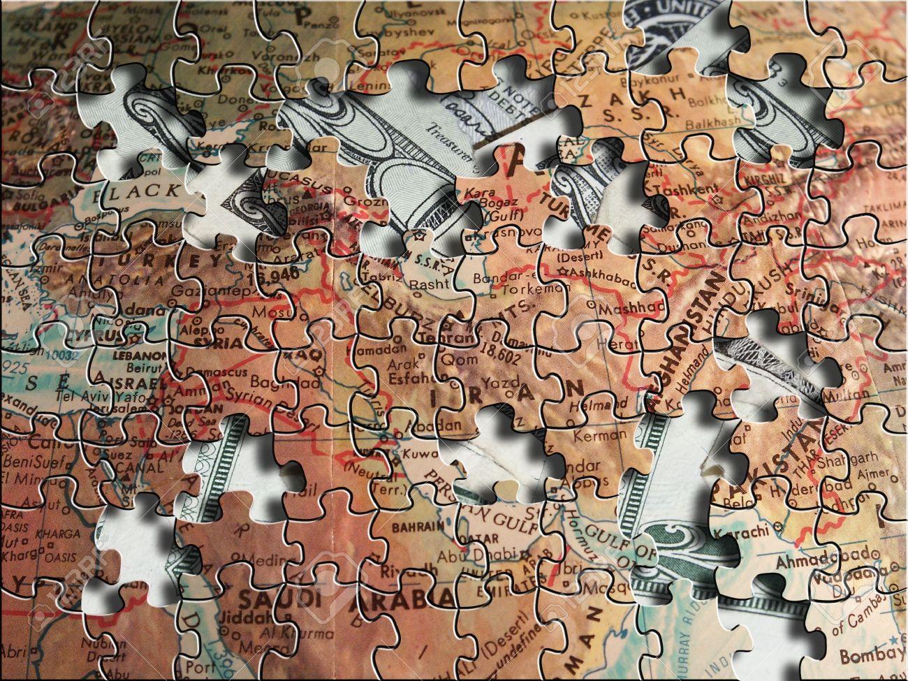 544084-Un-puzzle-de-la-carte-du-Moyen-Orient-se-trouve-au-dessus-de-US-dollars-Banque-d'images
