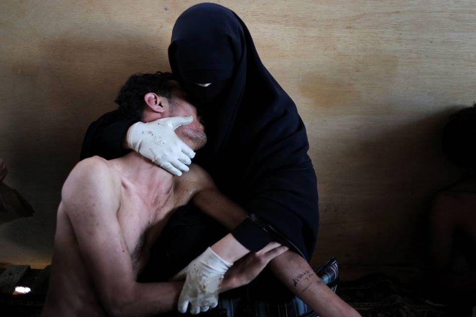 Fatima al-Qaws berce son fils de 18 ans, Zayed, souffrant des effets des gaz lacrymogènes lancés lors d'une manifestation de rue à Sanaa, Yémen, 15 octobre 2011. Photo Samuel Aranda