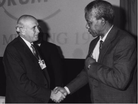 Le président de l'Afrique du Sud FW de Klerk, le chef Mangosuthu Buthelezi et Nelson Mandela récemment libéré apparurent ensemble sur la scène pour la première fois, ce qui constitua une date clé de la transition du pays pour sortir de l'apartheid.