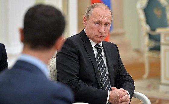 Entretien de Vladimir Poutine avec Bachar Al-Assad (de dos). en.kremlin.ru, 21 octobre 2015.