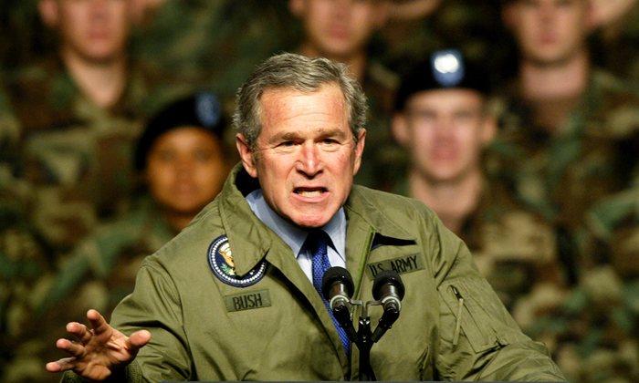 Le président George W. Bush s'adresse à des soldats américains en 2003, quelques semaines avant l'invasion de l'Irak. Photograph: Jeff Mitchell/Reuters