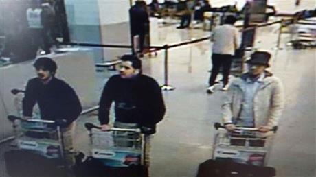 Dans cette image fournie par la Police Fédérale belge à Bruxelles mardi, le 22 mars 2016 de trois hommes qui sont soupçonnés de participation dans les attaques à l'Aéroport Zaventem de la Belgique. Le site Web de la Police Fédérale de la Belgique lundi, le 28 mars a commencé à porter une 32 deuxième vidéo d'un homme mystérieux dans un chapeau soupçonné d'avoir la participation dans le 22 mars l'attentat à la bombe(le bombardement) d'Aéroport de Bruxelles.