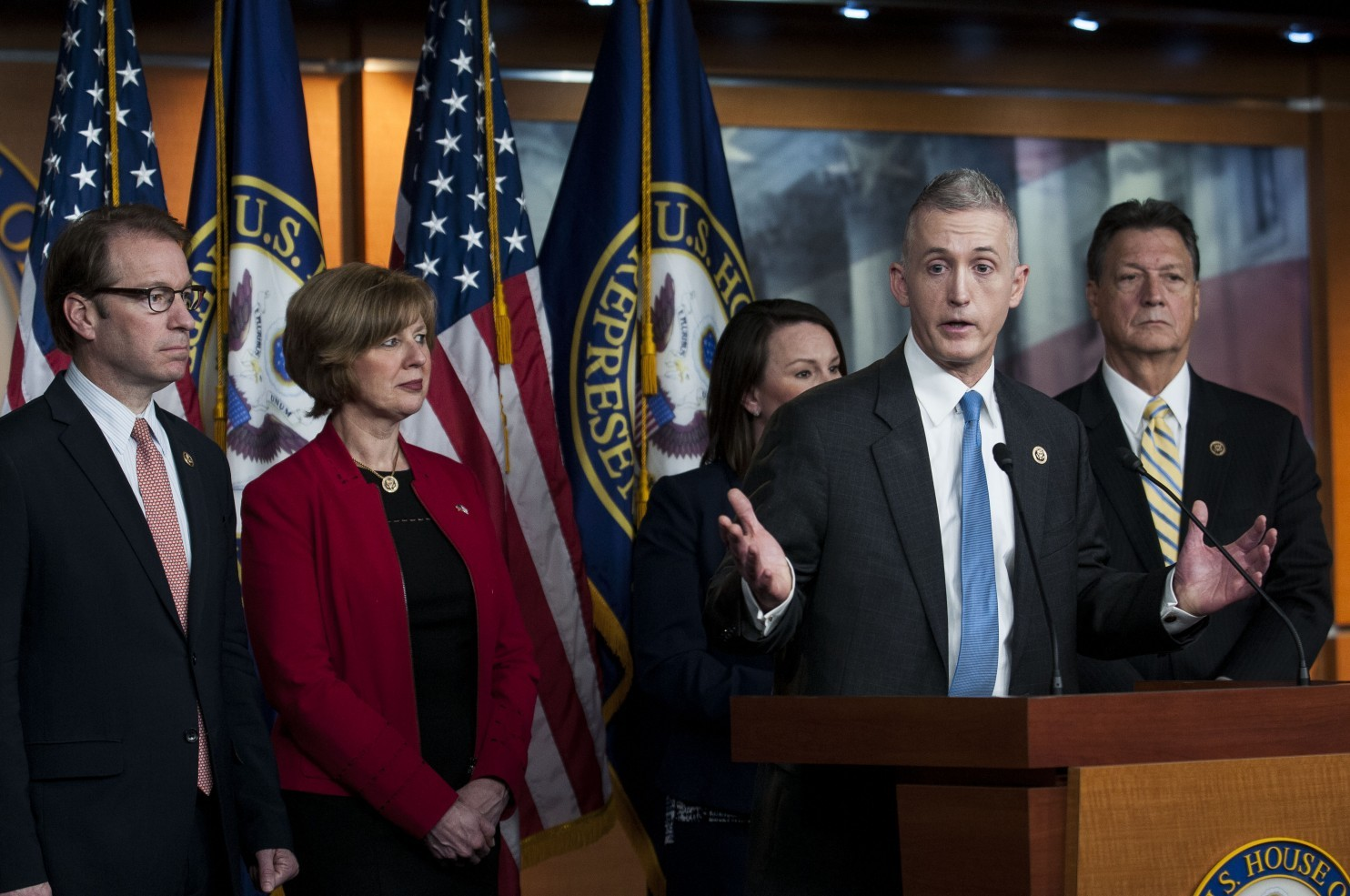 Le président Trey Gowdy (républicain - Caroline du Sud) et des membres de la Commission spéciale sur Benghazi prennent la parole au sujet de la découverte des emails personnels de l'ancienne secrétaire d'État Hillary Clinton durant une conférence de presse au Capitole des États-Unis en mars 2015. (Gabriella Demczuk/Getty Images)