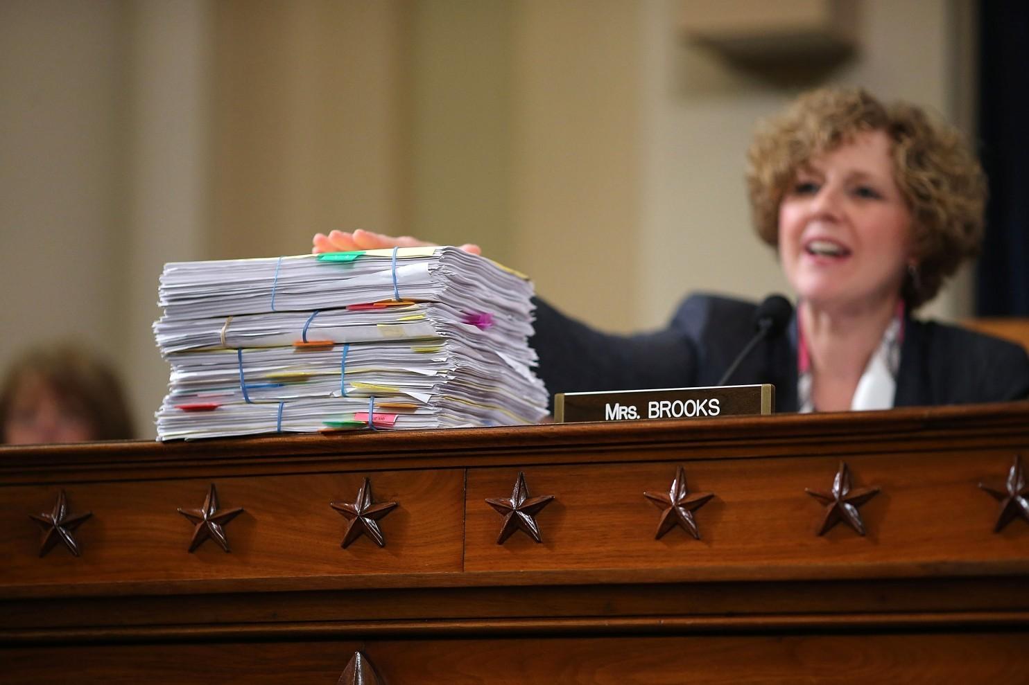 La représentante républicaine Susan Brooks (Indiana) parle devant des piles d'emails d'Hillary Clinton sur la Libye, lors d'une audition devant la Commission spéciale sur Benghazi au Capitole le 22 octobre. (Chip Somodevilla/Getty Images)