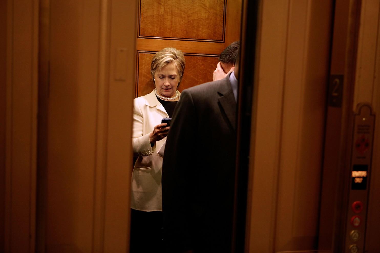 Hillary Clinton, qui à l'époque était sélectionnée pour être secrétaire d'État, regarde son BlackBerry dans un ascenseur du Capitole des États-Unis au District en janvier 2009. (Chip Somodevilla/Getty Images)