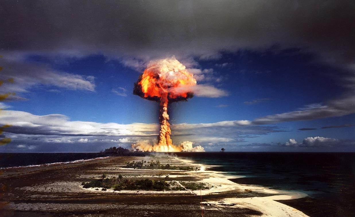 Essai nucléaire du 3 juillet 1970 à Mururoa (tir Licorne, 1 MT). Parce que « la France » c'est, entre autres : plus de 200 essais nucléaires depuis 1966, avec les conséquences environnementales et sanitaires que l'on sait (ou que l'on devrait savoir). (Coup de pouce : http://www.bastamag.net/Essais-nucleaires-en-Polynesie-la-France-meprise-les-consequences).