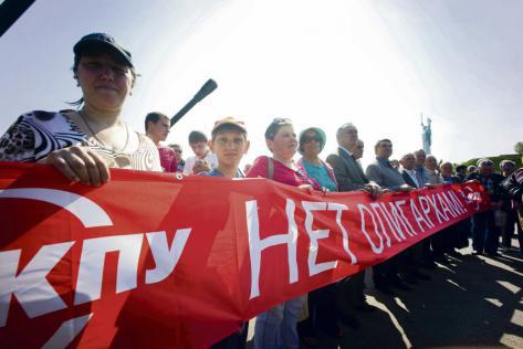 Des centaines de militants du Parti communiste d'Ukraine ont défilé le 1er mai pour la fête du travail à Kiev en 2015. Photo : Geovien So/NurPhoto/ImageForum
