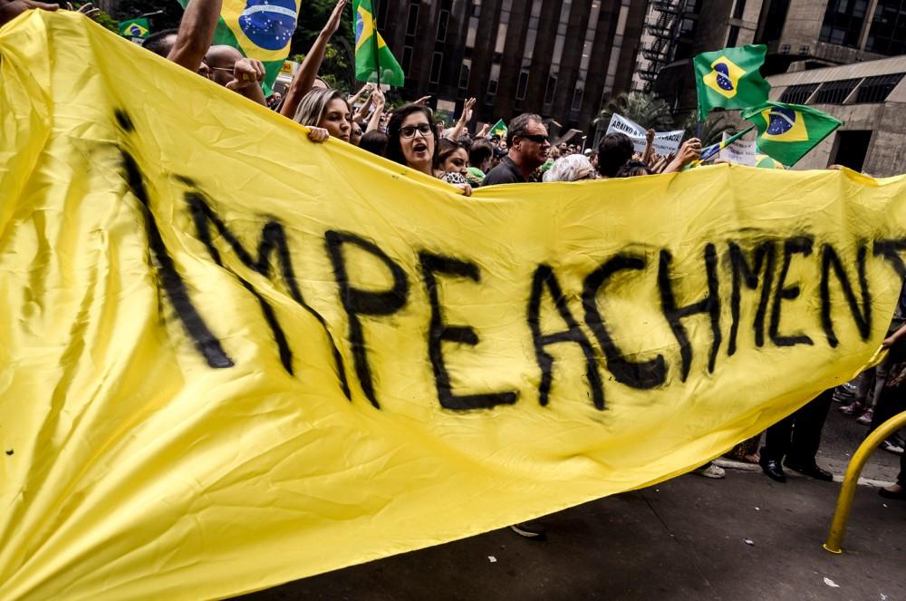 Après la nomination de l'ex-président Luiz Inacio Lula da Silva comme chef de cabinet de ministre, des centaines de gens sont descendus avenue Paulista, dans le centre de Sao Paulo, au Brésil, pour protester contre lui et le gouvernement de la présidente Dilma Roussef, le 17 mars 2016. Photo: Gustavo Basso/NurPhoto/Sipa USA/AP