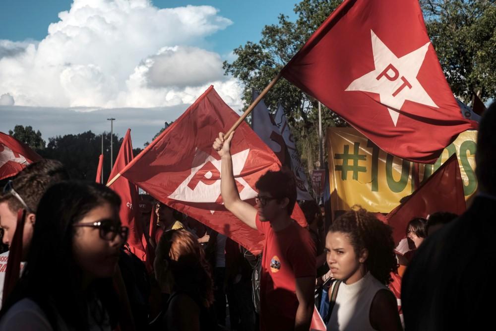 Les supporters du Parti des travailleurs (PT) manifestent en soutien à la présidente Dilma Roussef et à l'ancien président Luiz Inacio Lula da Silva à Rio de Janeiro, Brésil, le 18 mars 2016. Photo: Yasuyoshi Chiba/AFP/Getty Images