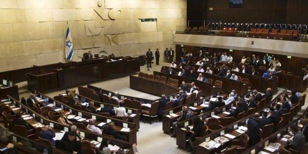 La loi a été adoptée par les 56 députés présents à la Knesset, qui compte 120 sièges. (Crédits : © Ronen Zvulun / Reuters)