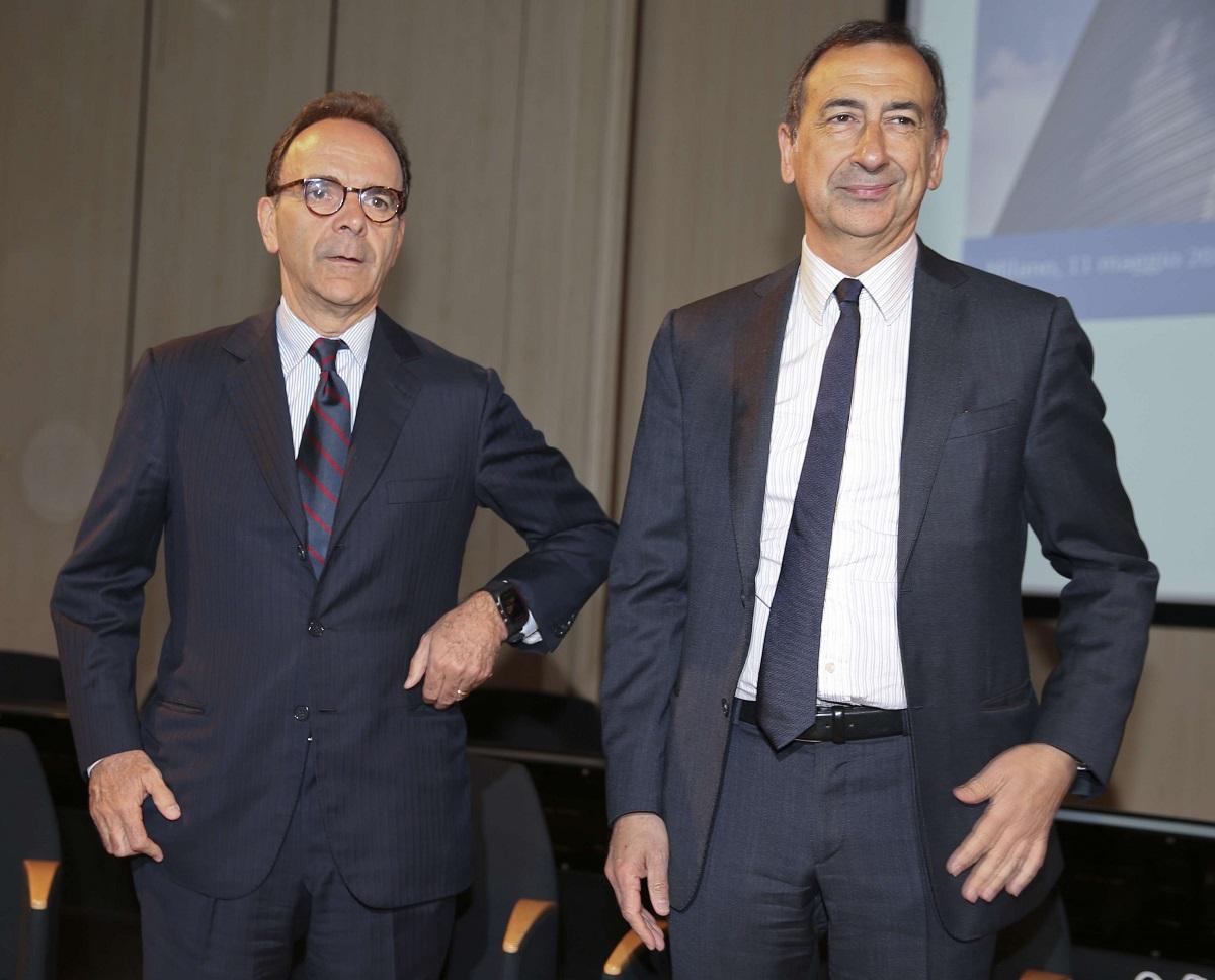 Stefano Parisi, à gauche, et Giuseppe Sala, tous deux candidats à la mairie de Milan, le vendredi 11 mai 2016. (Luca Bruno/AP/SIPA)