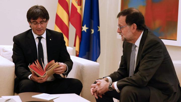 Mariano Rajoy et le président régional catalan, Carles Puigdemont (photographie : EFE et La Vanguardia)