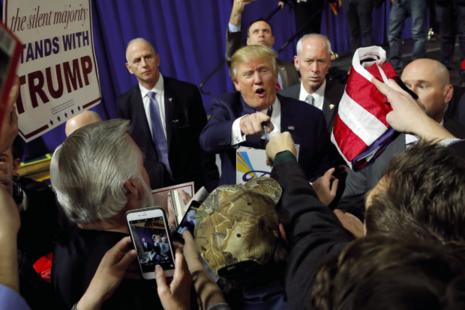 Donald Trump en campagne pour l'investiture républicaine. Le 13 février, revenant sur l'invasion de l'Irak en 2003, il clame : « Ils ont menti, il n'y avait pas d'armes de destruction massive. » © Jim Young/Reuters