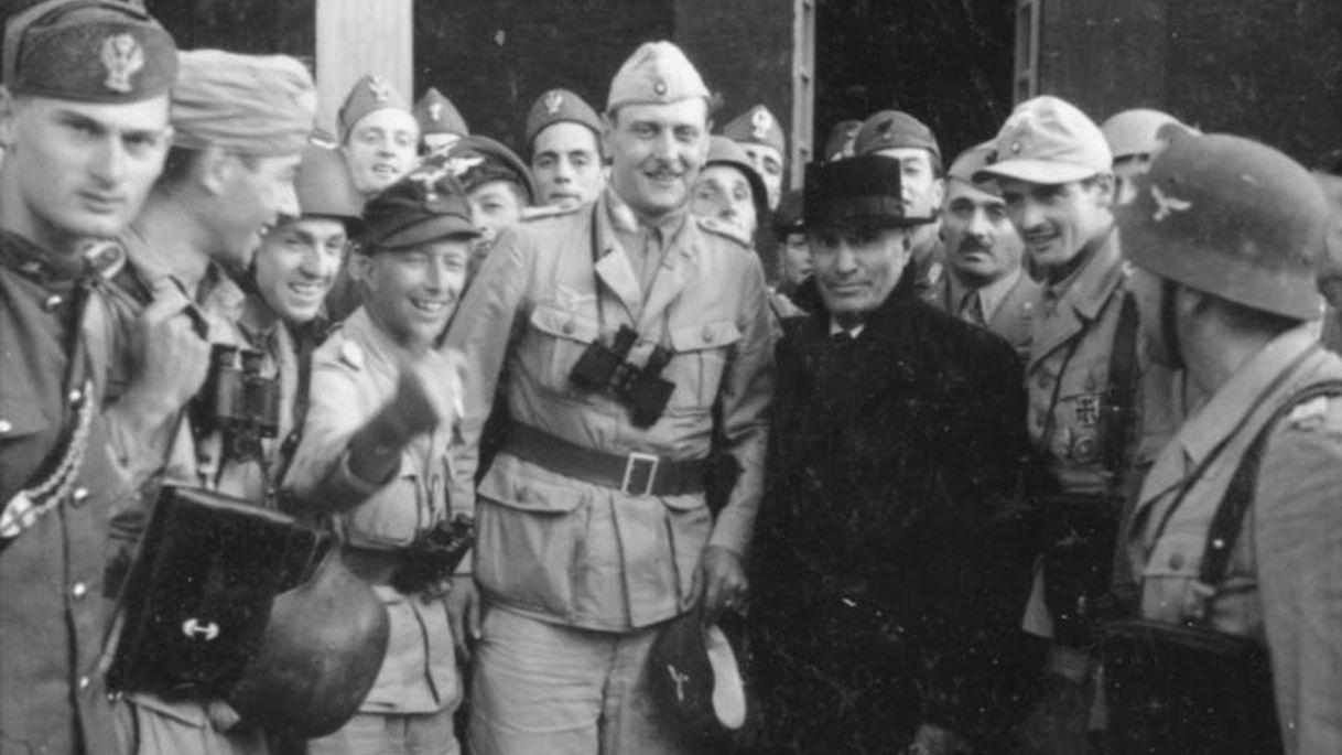 Otto Skorzeny avec Mussolini qu'il vient de libérer - 12 septembre 1943. Credit: Wikimedia Commons /Toni Schneiders