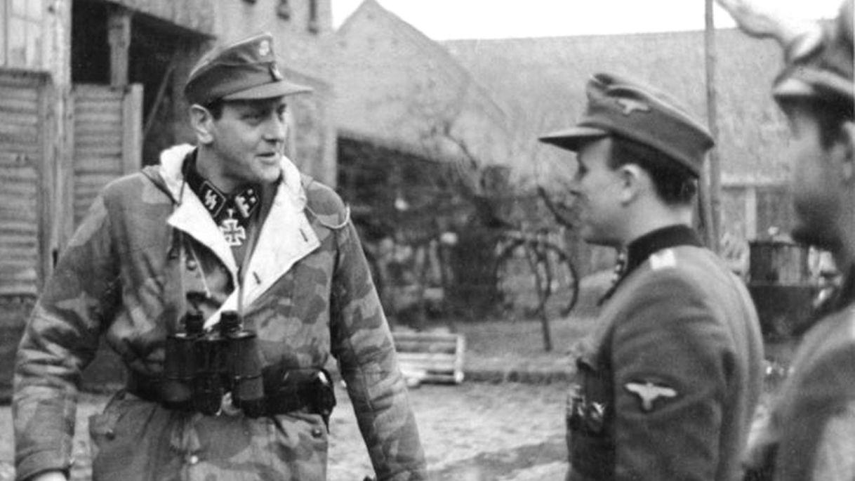 Otto Skorzeny, en Poméranie, rendant visite au 500ème bataillon de parachutistes, février 1945. Credit: Wikimedia Commons
