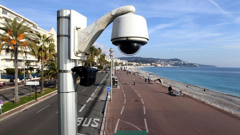 Une caméra de surveillance sur le front mer à Nice crédit photo/ Valérie Hache/AFP