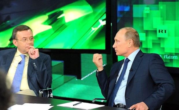 Vladimir Poutine rend visite aux dirigeants et journalistes de la chaîne Russia Today, financée par l'État russe.