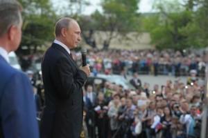 Le président russe Vladimir Poutine s'adresse à la foule le 9 mai 2014, lors de la célébration du 69ème anniversaire de la victoire sur l'Allemagne nazie et le 70ème anniversaire de la libération du port criméen de Sébastopol tenu par les nazis. (Photo du gouvernement russe)