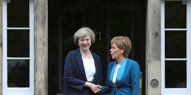 Theresa May (à gauche) a rencontré Nicola Sturgeon à Edimbourg. Mais la tension anglo-écossaise demeure. (Crédits : RUSSELL CHEYNE)