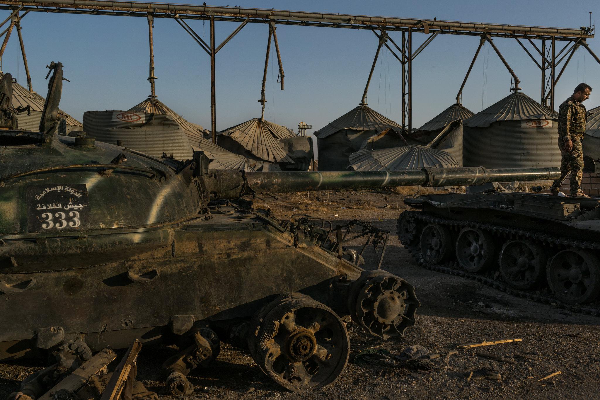 Des chars capturés par des milices kurdes l'an dernier en Syrie. L'écriture arabe les identifie comme appartenant à Jaysh al-Khalifa, ou Armée du Califat, une unité d'élite de l'État islamique. Crédit : Mauricio Lima pour le New York Times