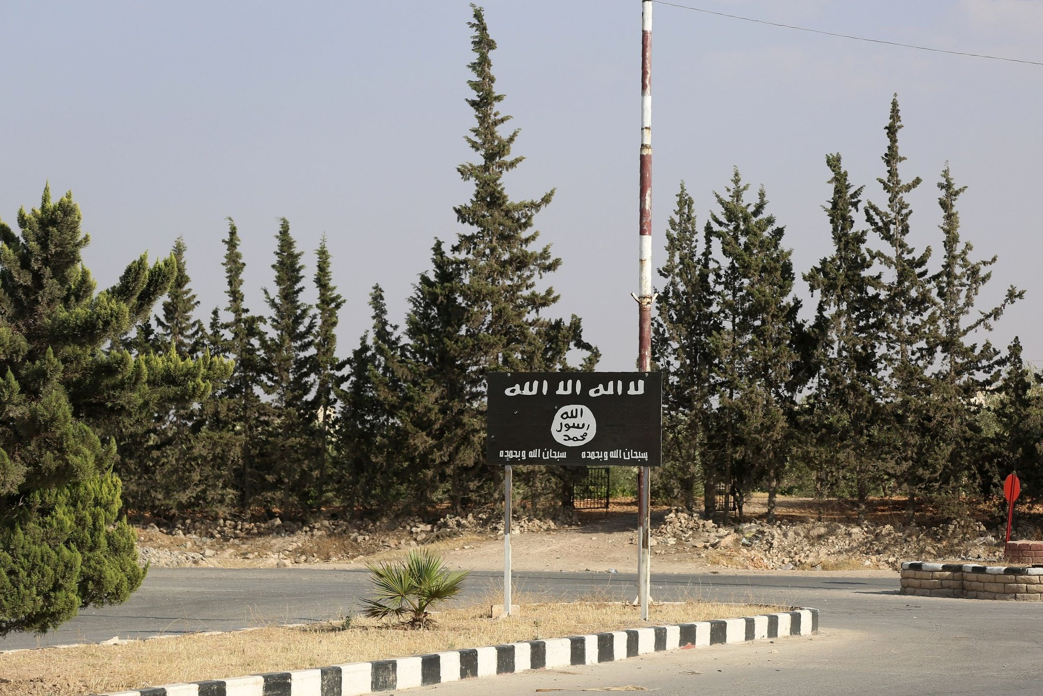 Une enseigne de l'État islamique en juin à Manbij, une ville syrienne du nord, qui était l'un des sanctuaires du groupe destiné à la conversion des combattants étrangers. Credit Delil Souleiman/Agence France-Presse — Getty Images