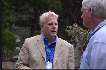 Lewis Shepherd (à gauche), alors dirigeant technique de l'Agence des Renseignements de l'Armée (Defense Intelligence Agency) du Pentagone, s'adresse à Peter Norvig (à droite), expert reconnu en intelligence artificielle et directeur de recherche chez Google. Photo de 2007 au Highlands Forum.