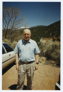 Andrew « Yoda » Marshall, chef de l'Office of Net Assessment (ONA) du Pentagone et co-président du Highlands Forum, lors d'un événement Highlands au début de 1996 à l'Institut de Santa Fe. Marshall a pris sa retraite en janvier 2015