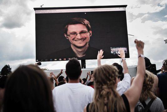 Le lanceur d'alerte Edward Snowden participe à des conférences dans le monde entier via webcam depuis la Russie où il a trouvé refuge. Il a participé à un festival au Danemark le 28 juin dernier. MATHIAS LOEVGREEN BOJESEN / AFP