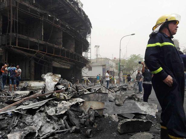 Un pompier intervient sur le site d'une attaque à la voiture piégée dans le district de Karrada-Dakhil, sud de Bagdad, Irak, 3 juillet 2016 | Xinhua / Barcroft Media