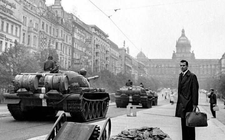 Les tanks soviétiques envahissent Prague