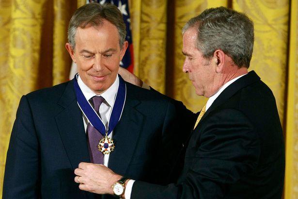 Le président George W. Bush remet la Médaille de la Liberté à l'ancien premier ministre britannique Tony Blair lors d'une cérémonie à la Maison-Blanche, le 13 janvier 2009, à Washington | Getty