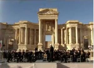 Un orchestre russe donne un concert dans l'ancien théâtre de Palmyre le 5 mai 2016, après que les troupes syriennes, soutenues par l'aviation russe, ont repris l'antique cité à l'État islamique. (Image : retransmission en direct de l'évènement par RT)