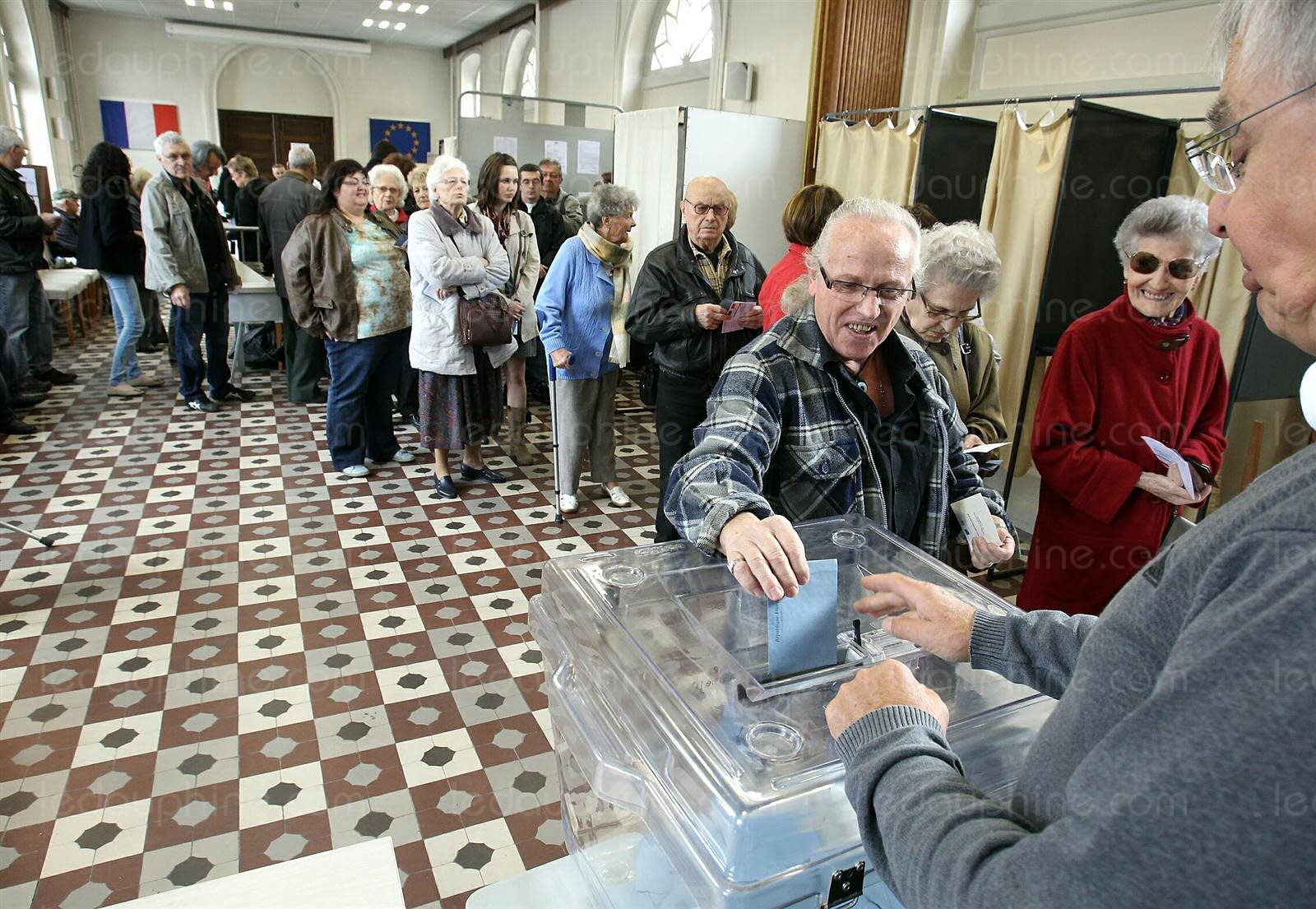 affluence-dans-les-bureaux-de-vote-en-debut-de-matinee-comme-ici-a-bourgoin-jallieu-le-dl-michel-thomas-1404532643