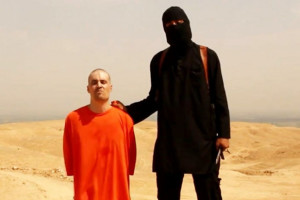 Le journaliste James Foley peu avant son exécution par un agent de l'EI, connu sous le nom de Jihadi John.