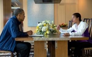 La conseillère à la sécurité nationale Susan E. Rice informe le président Barack Obama de l'évolution de la politique étrangère au cours de la pause estivale d'Obama aux Vignobles de Martha, Massachusetts, le 12 août 2013. (Photo officielle de la Maison-Blanche, par Pete Souza)
