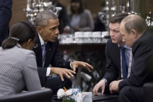 Rencontre entre le président Barack Obama et le président russe Vladimir Poutine en marge du sommet du G20 à l'Hôtel Regnum Carya à Antalya, en Turquie, le dimanche 15 novembre 2015. La conseillère nationale de sécurité Susan E. Rice écoute à gauche. (Photo officielle de la Maison-Blanche par Pete Souza)