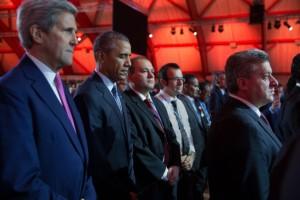 Le président Obama, le secrétaire d'État John Kerry, d'autres chefs d'État et des délégations observent une minute de silence en hommage aux victimes des attentats de Paris le 30 novembre 2015. (Official White House Photo by Pete Souza)